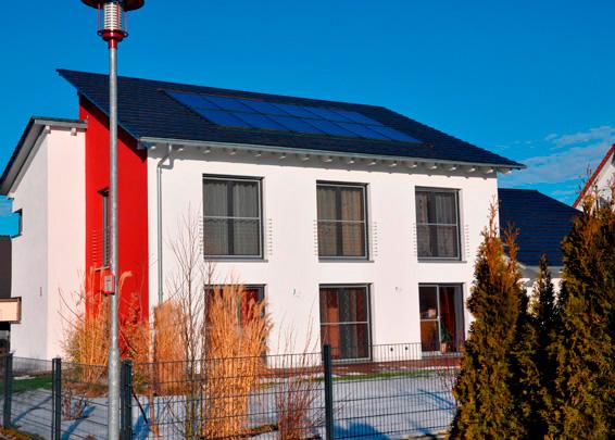 Einfamilienhaus in Graben, Kollektor: BUDERUS SKS 4.0, Kollektorfläche: 29m², Speicher: OSKAR Schichtenspeicher, Speichervolumen: 2.000 Liter + 11.000 Liter Langzeitspeicher, Solardeckung: ca. 65 Prozent, Restheizung: Solarwärmepumpe, Besonderheit: Diese Solaranlage arbeitet normal zur Heizungs- und Warmwasserunterstützung. Zusätzlich unterstützt die Solaranlage den Wärmepumpenbetrieb bei Kollektortemperaturen unter 40°C. Dadurch wird der Kollektorwirkungsgrad um das Doppelte vergrößert. Im Langzeitspeicher wird die sommerliche Überschussenergie in den Herbst und Frühwinter zwischengelagert.
