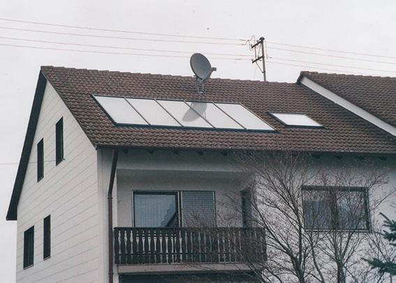 Einfamilienhaus in Reinhartshausen, Kollektor: TEUFEL & SCHWARZ - Indach, Kollektorfläche: 15m², Speicher: OSKAR Schichtenspeicher, Speichervolumen: 750 Liter, Solardeckung: ca. 30 Prozent, Restheizung: Pelletskessel, Besonderheit: Die Solaranlage besteht aus einem Grossflächenkollektor, dier an einem Stück montiert worden ist.