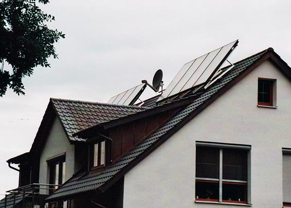 Einfamilienhaus in Ustersbach, Kollektor: BUDERUS SKS 4.0- aufgeständert, Kollektorfläche: 19m², Speicher: OSKAR Schichtenspeicher, Speichervolumen: 1.000 Liter, Solardeckung: ca. 45 Prozent, Restheizung: Solarwärmepumpe, Besonderheit: Der bestehende, leere Öltank wurde in ein Langzeitwärmespeicher mit 11.000 Liter umgewandelt. Diese spezielle Wärmepumpe nutzt auch die niedrigen Solartemperaturen unter 30°C für die Wärmepumpennutzung. Dadurch erhöht sich der Kollektorwirkungsgrad um ca. 40%.