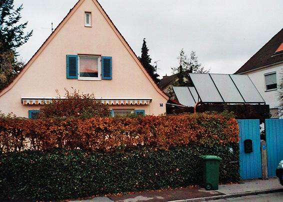 Einfamilienhaus in Augsburg-Haunstetten, Kollektor: BUDERUS SKN 3.0- Flachdachständer, Kollektorfläche: 13m², Speicher: Standardpufferspeicher, Speichervolumen: 825 Liter, Solardeckung: ca. 25 Prozent, Restheizung: bestehender Ölkessel, Besonderheit: Die Solarleitung wurde unterirdisch vom Carport in den Heizraum verlegt. Dadurch kürzeste Rohrlänge und keine Aussetzung von Witterungsbedingungen.