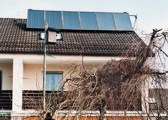 Einfamilienhaus in Bobingen, Kollektor: CITRIN CS 100 F- aufgeständert, Kollektorfläche: 13m², Speicher: ORION Pufferspeicher, Speichervolumen: 825 Liter, Solardeckung: ca. 25 Prozent, Restheizung: Gasbrennwertkessel, Besonderheit: Solarheizung mit legionellenfreier Frischwassertechnik