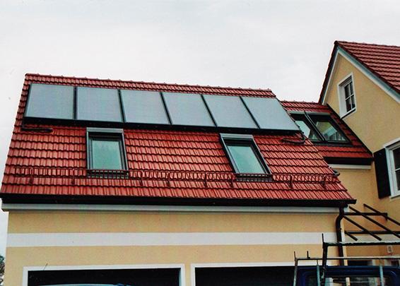 Einfamilienhaus in Freienried, Kollektor: BUDERUS SKS 4.0, Kollektorfläche: 15m², Speicher: OSKAR Schichtenspeicher, Speichervolumen: 1.300 Liter, Solardeckung: ca. 35 Prozent, Restheizung: Pelletskessel, Besonderheit: Solarheizung mit legionellenfreier Frischwassertechnik