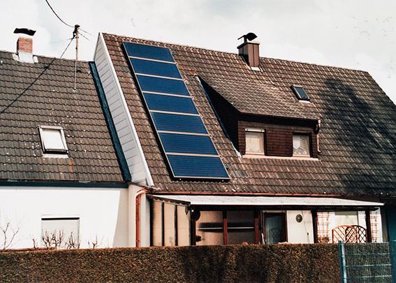 Einfamilienhaus in Bobingen, Kollektor: BUDERUS SKN 3.0- aufgeständert, Kollektorfläche: 15m², Speicher: OSKAR Schichtenspeicher, Speichervolumen: 1.000 Liter, Solardeckung: ca. 30 Prozent, Restheizung: Pelletskessel, Besonderheit: Solarheizung mit legionellenfreier Frischwassertechnik