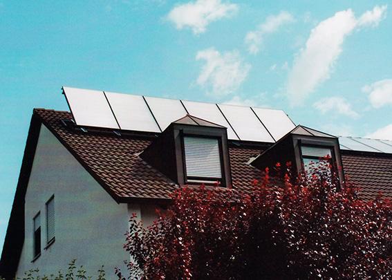 Einfamilienhaus in Königsbrunn, Kollektor: BUDERUS SKN 3.0, Kollektorfläche: 15m², Speicher: OSKAR Schichtenspeicher, Speichervolumen: 1.000 Liter, Solardeckung: ca. 30 Prozent, Restheizung: Gasbrennwertkessel, Besonderheit: Diese Solarheizung ist auf den zusätzlichen Betrieb eines Kaminofen mit Wassertasche vorbereitet.