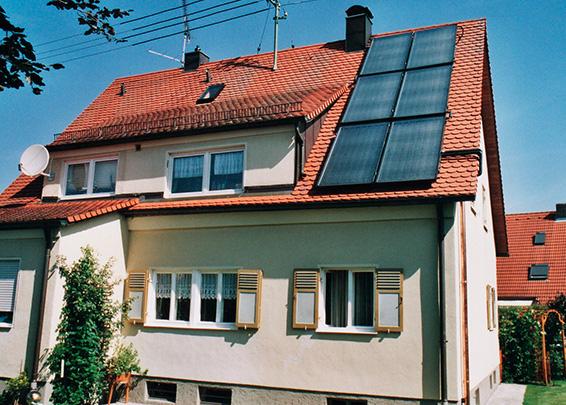 Einfamilienhaus in Königsbrunn, Kollektor: BUDERUS SKN 2.0, Kollektorfläche: 15m², Speicher: OSKAR Schichtenspeicher, Speichervolumen: 750 Liter, Solardeckung: ca. 30 Prozent, Restheizung: Gasbrennwertkessel, Besonderheit: Die Warmwasserbereitung erfolgt einer Frischwasserstation.