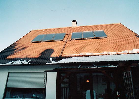 Einfamilienhaus in Königsbrunn, Kollektor: BUDERUS SKS 4.0, Kollektorfläche: 15m², Speicher: OSKAR Schichtenspeicher, Speichervolumen: 1.300 Liter, Solardeckung: ca. 35 Prozent, Restheizung: Gaskessel, Besonderheit: Der Schichtenspeicher wurde im Keller zusammengebaut, da Türbreite nur 80cm ist.