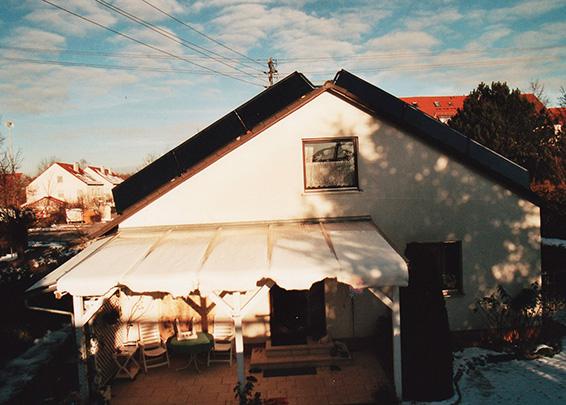 Einfamilienhaus in Stadtbergen, Kollektor: BUDERUS SKS 4.0 - aufgeständert, Kollektorfläche: 15m², Speicher: OSKAR Schichtenspeicher, Speichervolumen: 1.000 Liter, Solardeckung: ca. 30 Prozent, Restheizung: bestehender Gasbrennwertkessel, Besonderheit: Die Solarkollektoren sind auf dem Ost- und Westdach nach Süden ausgerichtet.