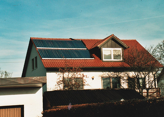 3-Familienhaus in Graben, Kollektor: Green-One-Tec, Kollektorfläche: 22m², Speicher: 2 Pufferspeicher in Reihenschaltung, Speichervolumen: 1.650 Liter, Solardeckung: ca. 30 Prozent, Restheizung: Pelletskessel, Besonderheit: Diese Solaranlage wurde mit der doppelten Solarförderung (Innovationsbonus) gefördert. In diesem 3-Familienhaus werden Zierfische gezüchtet. Diese Aqaurien werden über auch im Sommer beheizt. Dies geschieht über die Dimensionierung der Solaranlage.