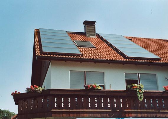 Einfamilienhaus in Untermeitingen, Kollektor: CITRIN CS 100F, Kollektorfläche: 25m², Speicher: OSKAR Schichtenspeicher, Speichervolumen: 2.000 Liter, Solardeckung: ca. 40 Prozent, Restheizung: Holzkessel mit autom. Zündung, Besonderheit: Der Schichtenspeicher wurde im Keller zusammengebaut, da die Türbreite nur 80cm ist