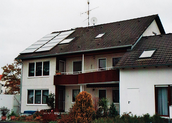 3-Familienhaus in Stadtbergen, Kollektor: CITRIN CS 100F, Kollektorfläche: 21m², Speicher: OSKAR Schichtenspeicher, Speichervolumen: 1.340 Liter, Solardeckung: ca. 30 Prozent, Restheizung: bestehender Gaskessel, Besonderheit: Diese Solaranlage wurde mit der doppelten Solarförderung (Innovationsbonus) gefördert.