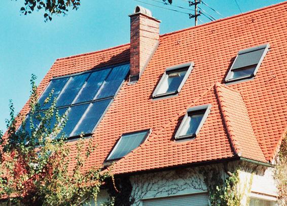 3-Familienhaus in Augsburg-Pfersee, Kollektor: BUDERUS SKS 4.0 INDACH, Kollektorfläche: 19m², Speicher: OSKAR Schichtenspeicher, Speichervolumen: 1.850 Liter, Solardeckung: ca. 30 Prozent, Restheizung: Gasbrennwertkessel, Besonderheit: Der Schichtenspeicher wurde um 10cm des Standardhöhenmasses gekürzt. Das Ziel war maximale Speichergröße an die Raummasse anzupassen. Der Speicher wurde auch im Heizraum vor Ort zusammengebaut.