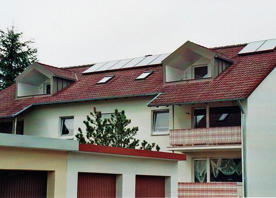 6-Familienhaus in Königsbrunn, Kollektor: CITRIN CS 100F, Kollektorfläche: 25m², Speicher: 2 Pufferspeicher in Reihenschaltung, Speichervolumen: 2.000 Liter, Solardeckung: ca. 35 Prozent, Restheizung: bestehender Gaskessel, Besonderheit: Diese Solaranlage wurde mit der doppelten Solarförderung (Innovationsbonus) gefördert. Der Heizkreis wurde mit einer 2-stufigen Pufferentladung zur Erhöhung der Speicherausnutzung versehen. Umstellung der Warmwasserbereitung von elektrischen Durchlauferhitzern auf zentrale Warmwasserbereitung mittels Frischwassertechnk.