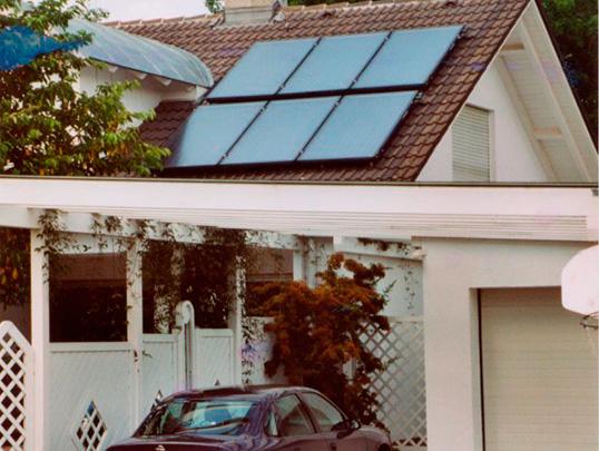 Einfamilienhaus in Bobingen, Kollektor: BUDERUS, Kollektorfläche: 15m², Speicher: OSKAR Schichtenspeicher, Speichervolumen: 750 Liter, Solardeckung: ca. 40 Prozent, Restheizung: Gasbrennwertkessel, Besonderheit: Der Kaminofen wurde erst 1 Jahr nach der Solarheizung eingebaut. Mittlerweile beträgt die Jahresgasrechnung nur noch ca. € 200,00