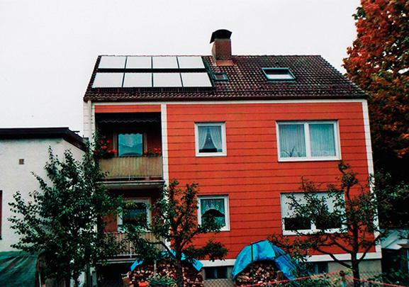 Einfamilienhaus in Augsburg, Kollektor: BUDERUS SKN 2.0, Kollektorfläche: 19m², Speicher: OSKAR Schichtenspeicher, Speichervolumen: 2.000 Liter, Solardeckung: ca. 30 Prozent, Restheizung: Holzkessel mit autom. Zündung, Besonderheit: Der Schichtenspeicher wurde im Keller zusammengebaut,da Türbreite nur 80cm ist. Der bestehende Ölkessel wurde in das Holzheizungskonzept als Notbeheizung bei Krankheit oder Abwesenheit mit integriert.