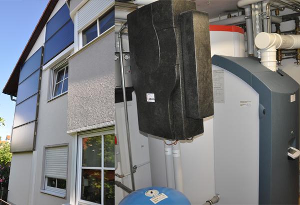 Einfamilienhaus in Königsbrunn, Kollektor: CITRIN - Fassadenmontage, Kollektorfläche: 13m², Speicher: SolvisMax Solarheizkessel, Speichervolumen: 750 Liter, Energieverbrauch vorher: 32.000 kWh Gas, Energieverbrauch nachher: 16.900 kWh Gas, Energieeinsparung: 35 Prozent, Restheizung: integrierter Gasbrennwertkessel, Besonderheit: Der Gasbrenner ist im Speicher platziert, dadurch wird im laufenden Betrieb immer Brennwertnutzen generiert. Das Solarheizsystem ist mit einer solaren Start-Stopp-Regelung für den Gasbrenner ausgestattet. Einbindung des Kachelofen mit Wassertasche.