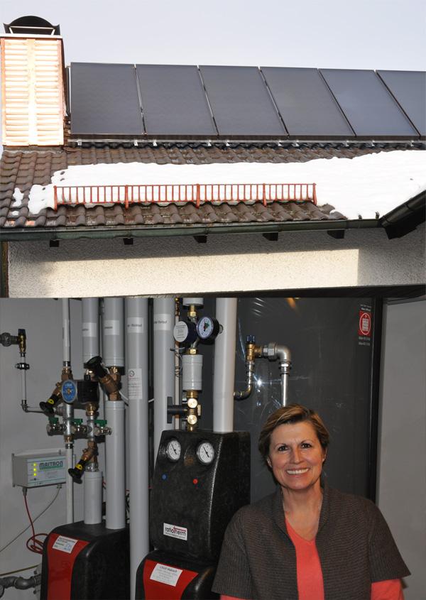 Einfamilienhaus in Bobingen, Kollektor: VIESSMANN Vitosol 300 Antireflexglas, Kollektorfläche: 16m², Speicher: OSKAR Schichtenspeicher, Speichervolumen: 1.000 Liter, Solardeckung: ca. 35 Prozent, Restheizung: bestehender Ölkessel, Besonderheit: Die Aufständerung der Solaranlage wurde speziell für das Dach für die Windlast gerechnet und ausgelegt und hergestellt.