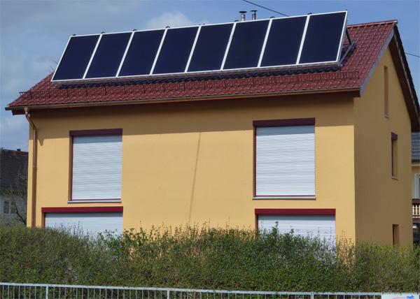 Einfamilienhaus in Königsbrunn, Kollektor: WAGNER L20 Antireflexglas -aufgeständert, Kollektorfläche: 21m², Speicher: Kombischichtenspeicher, Speichervolumen: 1.000 Liter, Solardeckung: ca. 40 Prozent, Restheizung: Pelletskessel, Besonderheit: Diese Heizungsanlage ist mit einem der ersten Brennwerttauglichen Pelletskessel im Landkreis Augsburg ausgestattet worden.